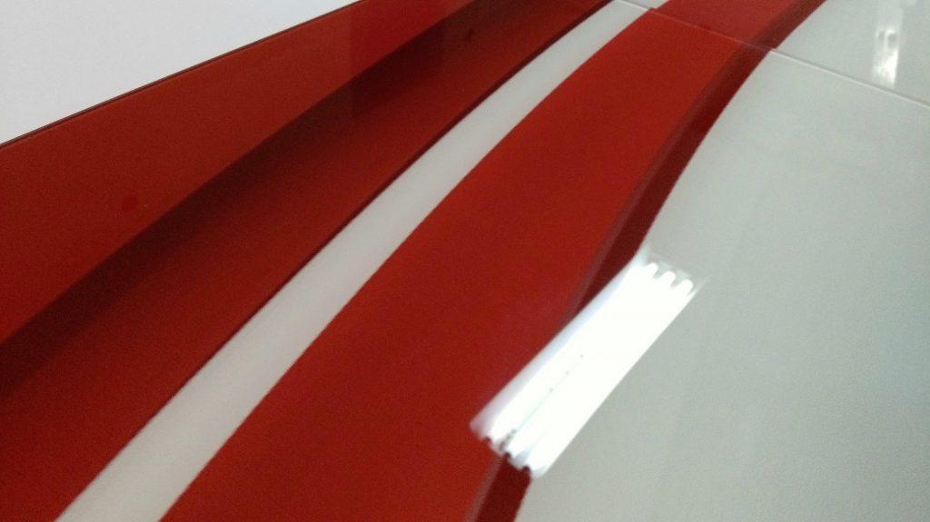 Wysoki poziom ostrości na biało czerwonym nadruku