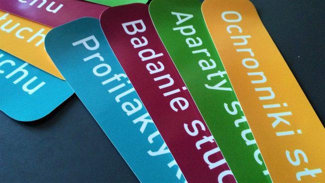 Kolorowe naklejki na witrynę sklepową