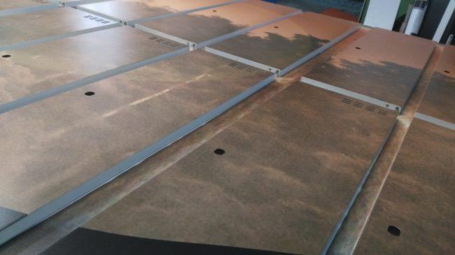 Grafika wykonana na metalowych drzwiczkach