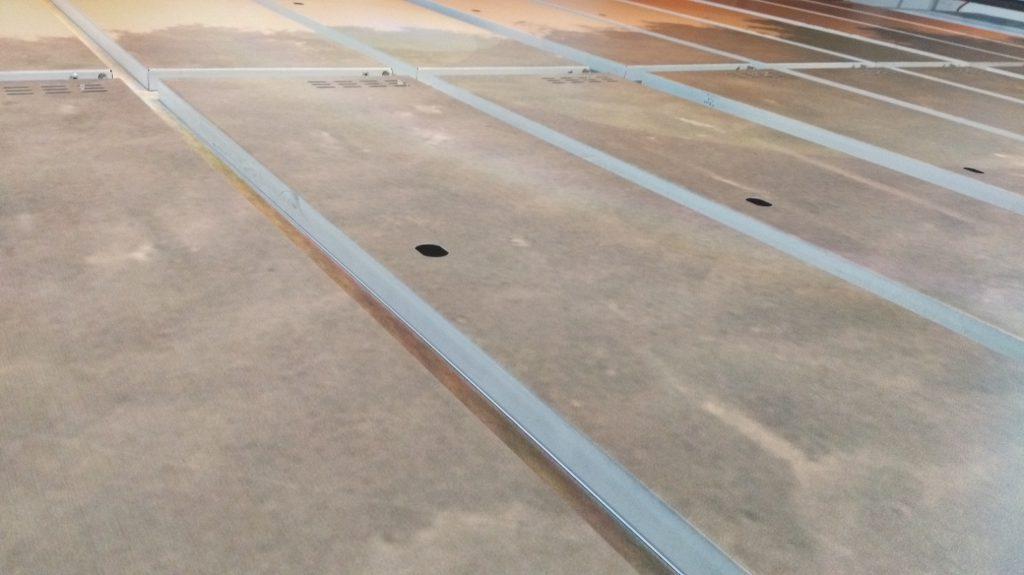 Zbliżenie na detale nadruku UV na metalowych szafkach